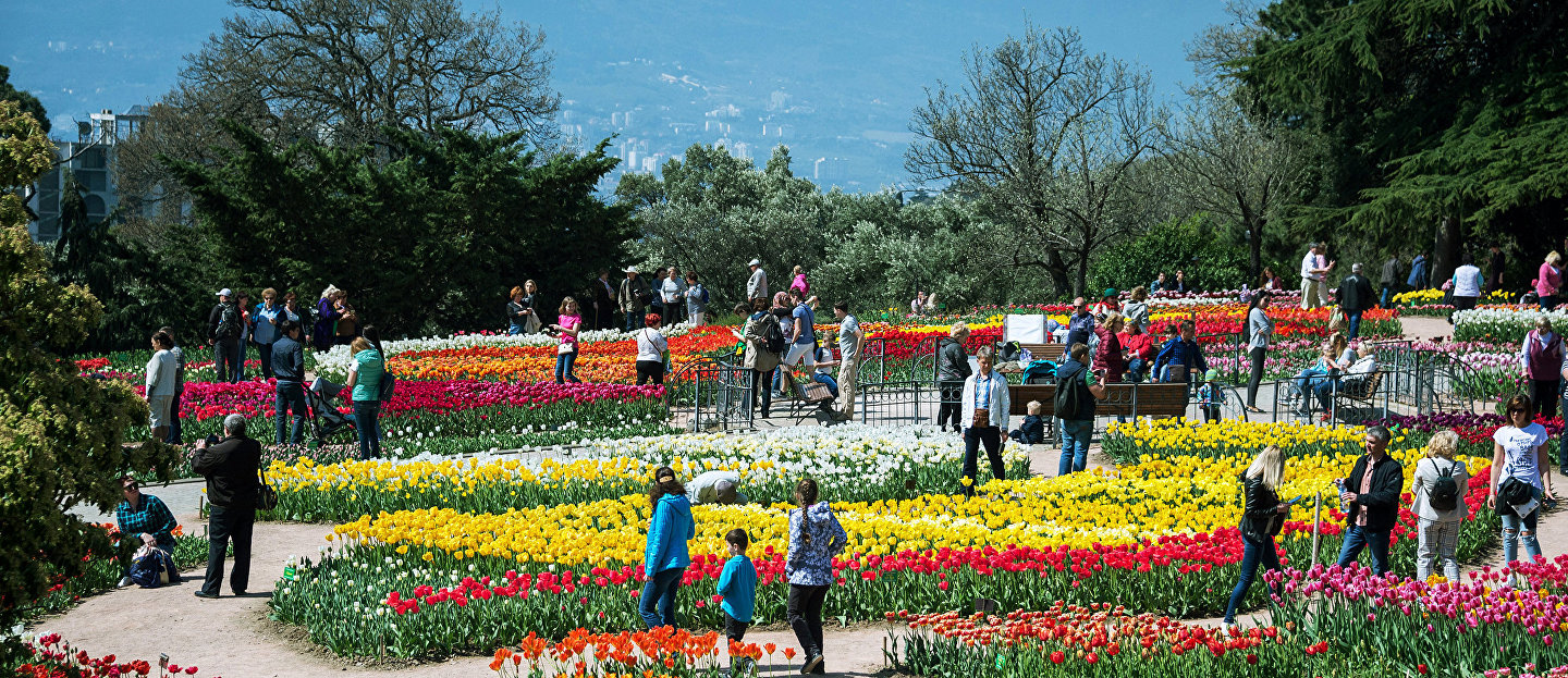 "Visitors at the opening of the exhibition ""Parade of tulips"" in the Nikitsky Botanical garden in the Crimea"