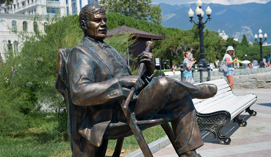 Monument to the famous Russian actor Mikhail Pugovkin on the embankment of Yalta